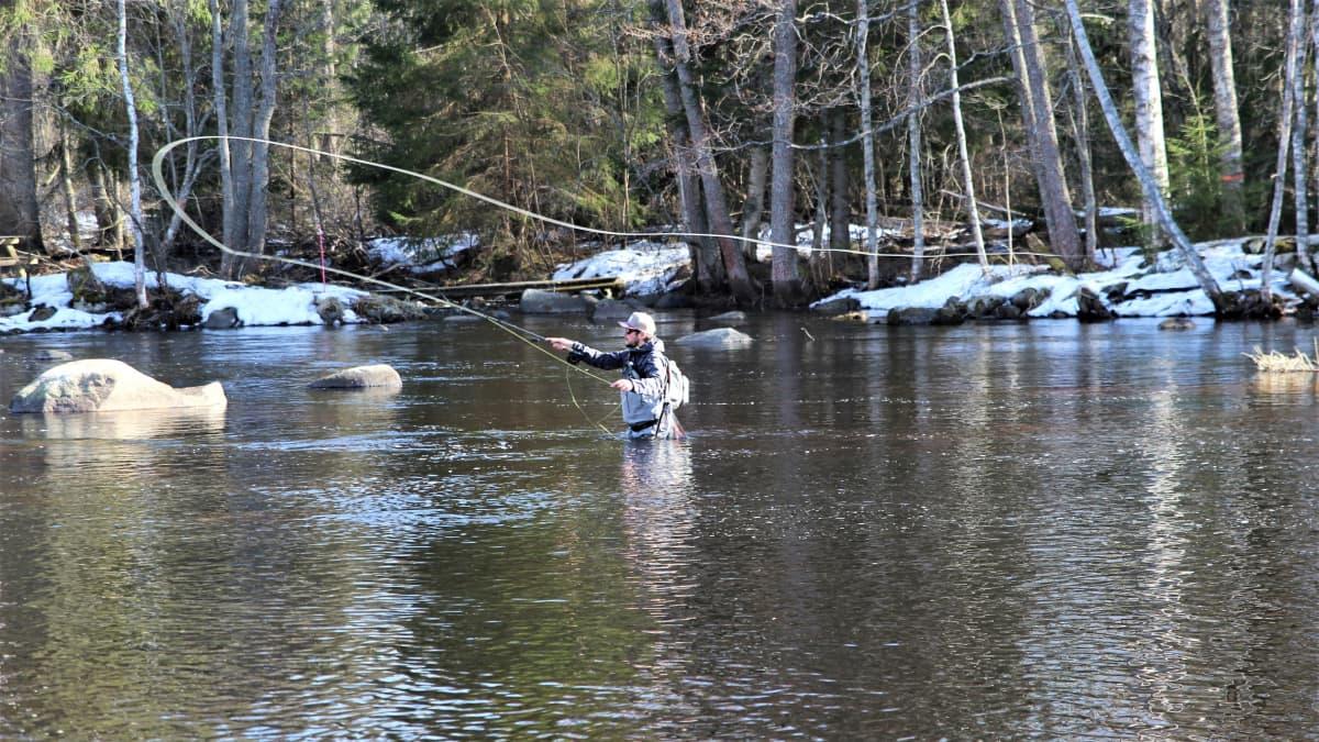 Antti Takaniemi kalastamassa Läsäkoskella
