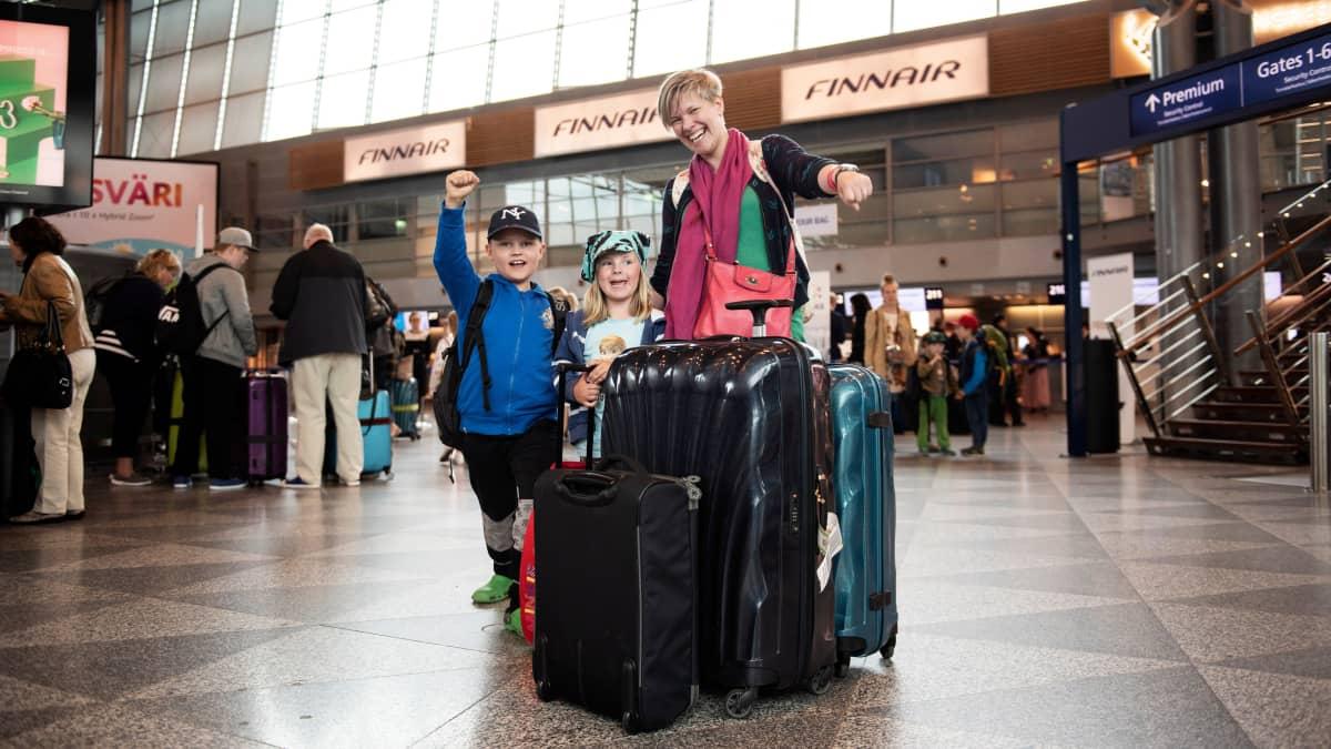 Jaana Vallinmäen lapset Urho, 8, ja Verna, 4, ovat valmiita reissuun.