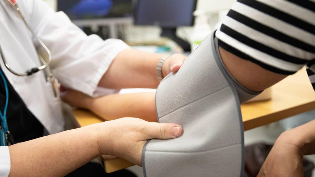 Lääkäri mittaa verenpainetta