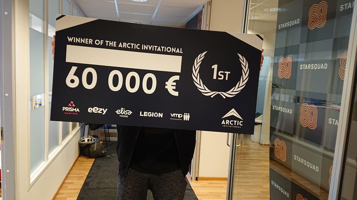 Arctic Invitationalin palkintoshekki.