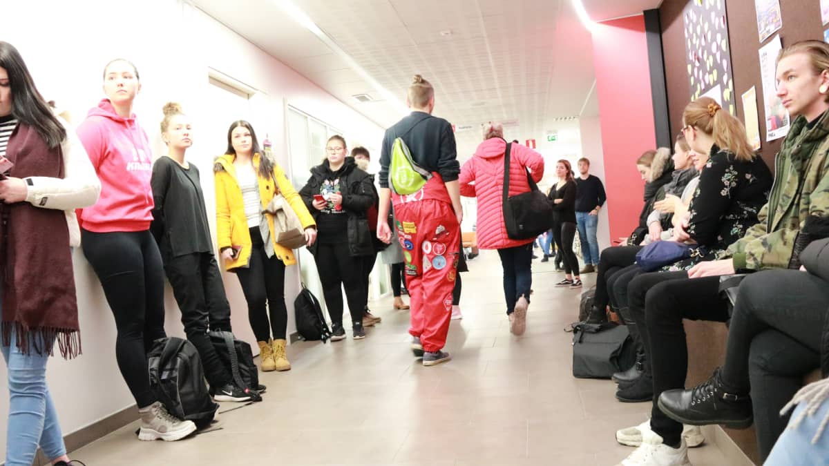 Hakijat odottavat pääsykokeeseen Karelia-ammattikorkeakoulussa.