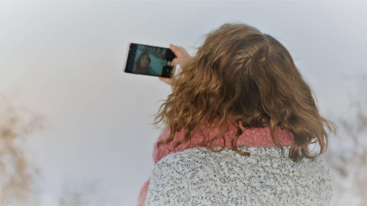 Nainen ottaa selfietä