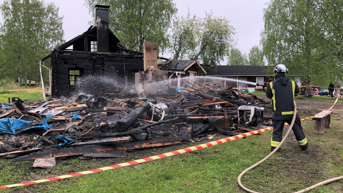 Kiviniemen retkeilykeskuksen päärakennus tuhoutui tulipalossa Kontiolahdessa.