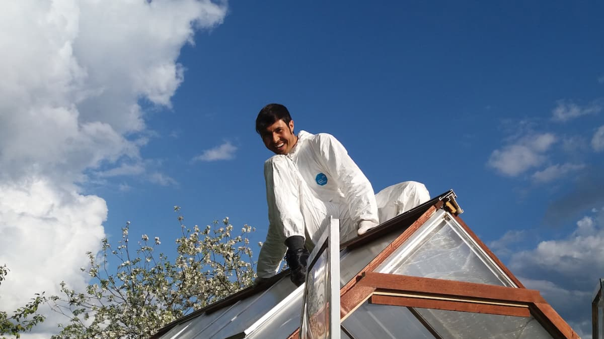 Zaki Hussain korjaamassa suomalaisen ystävänsä kattoa Loimaalla.
