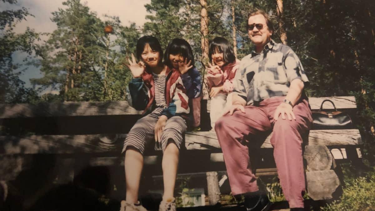 vietnamilaisia lapsia ja suomalainen perhetuttu