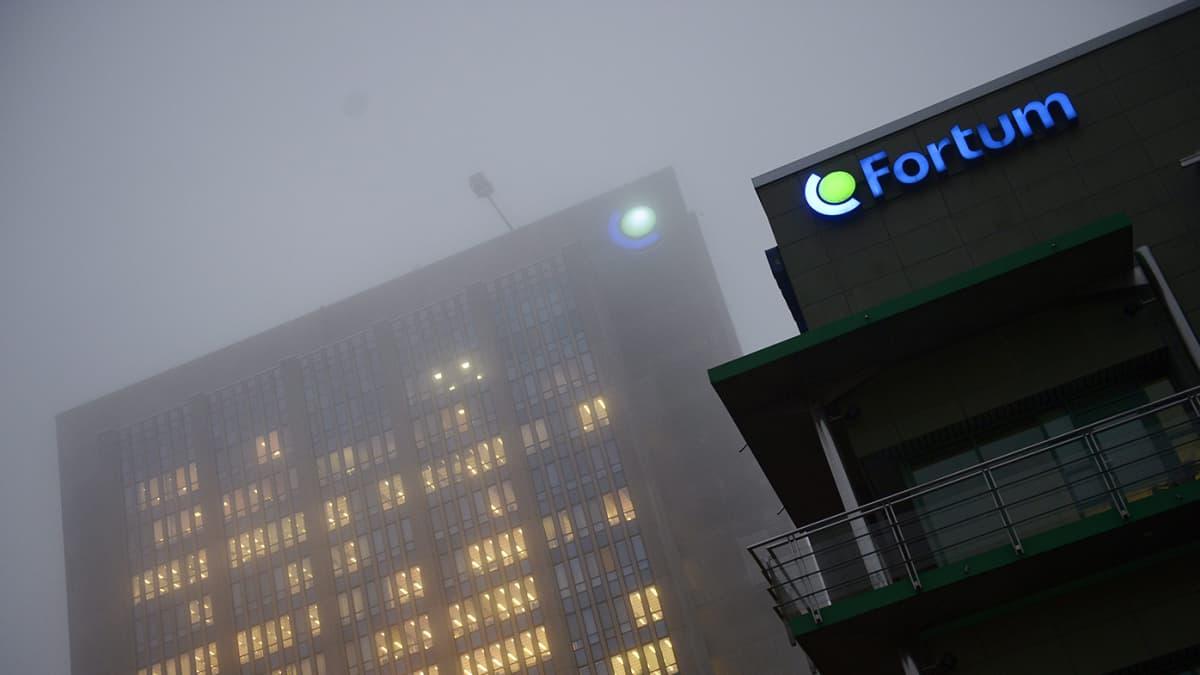 Energiayhtiö Fortumin pääkonttori Espoossa sumuisena aamuna 12. joulukuuta