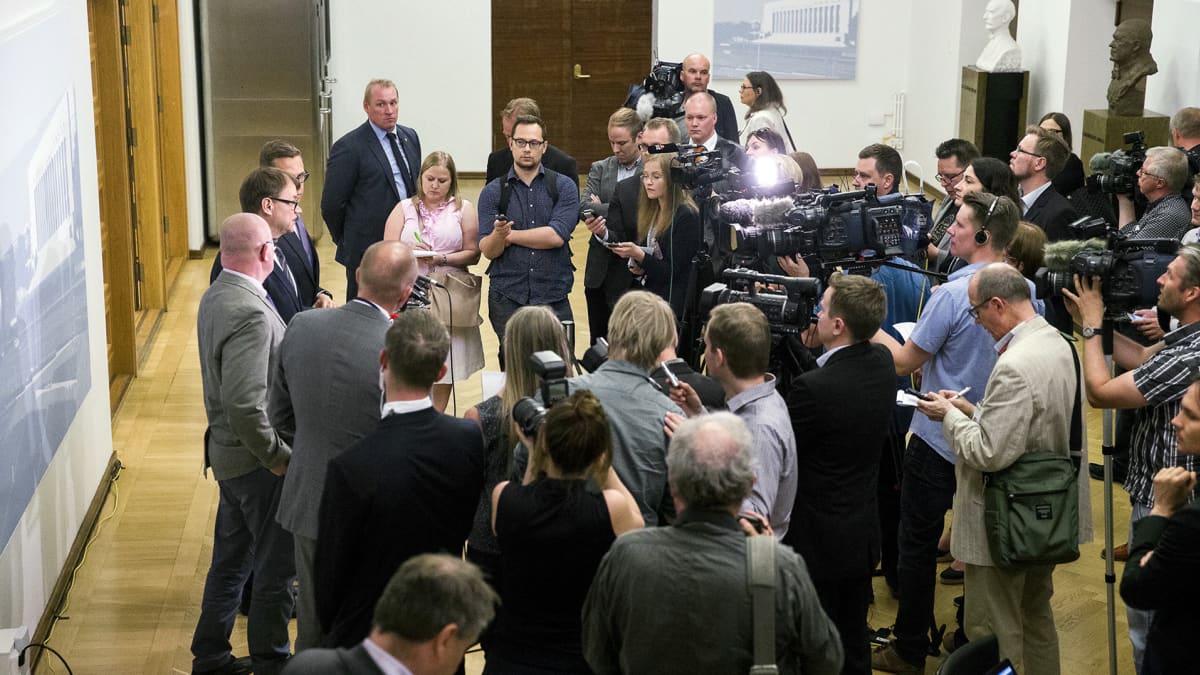 Kuvaajia ja toimittajia eduskunnassa