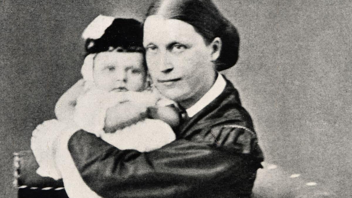 Mannerheim vuonna 1867 äitinsä Hedvig Charlotta Hélènen sylissä.
