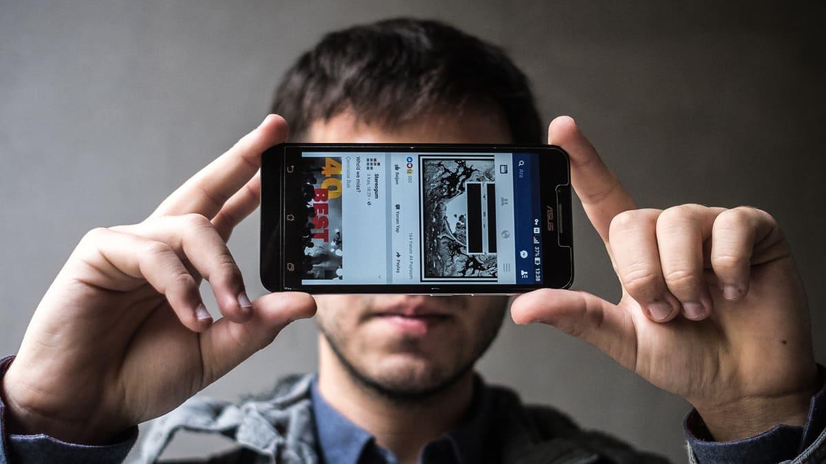 22-vuotiaan Furkanin mielestä Facebookiin pääsyn estäminen on kuin menettäisi yhteydet maailmaan.