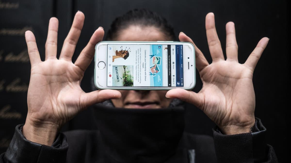 Istanbulilainen Ergi uskoo, että hallitus pyrkii vahvistamaan omaa versiotaan tapahtumista rajoittamalla internetin käyttöä.