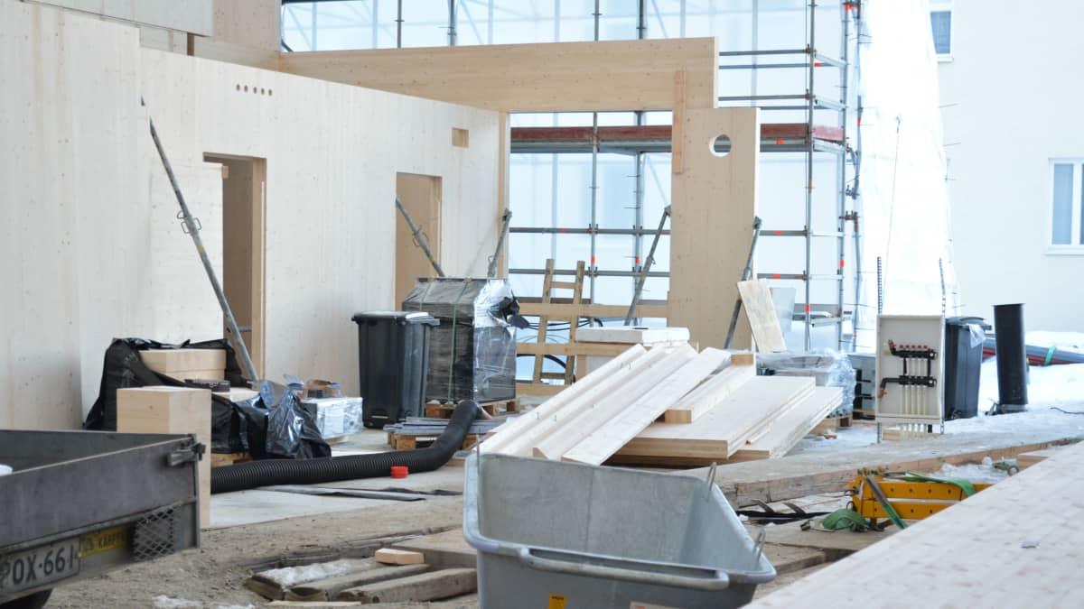 Tuupalan puukoulun rakennuksella elementit asennetaan paikalleen