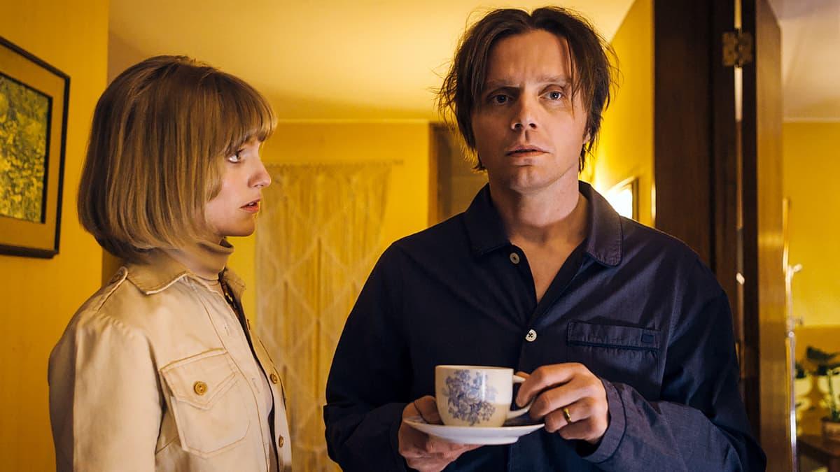 Diplomaattipariskunta Tapani ja Lysa Brotherusta esittää aviopari Pelle ja Sophia Heikkilä.