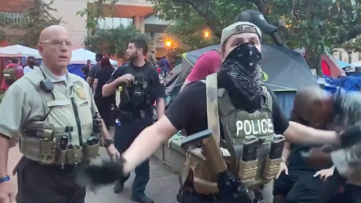 poliiseja ohjaamassa ihmisiä