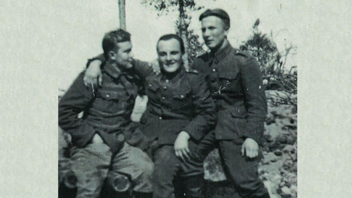 Arkistokuvassa kolme nuorta suomalaista sotilastasta jatkosodassa