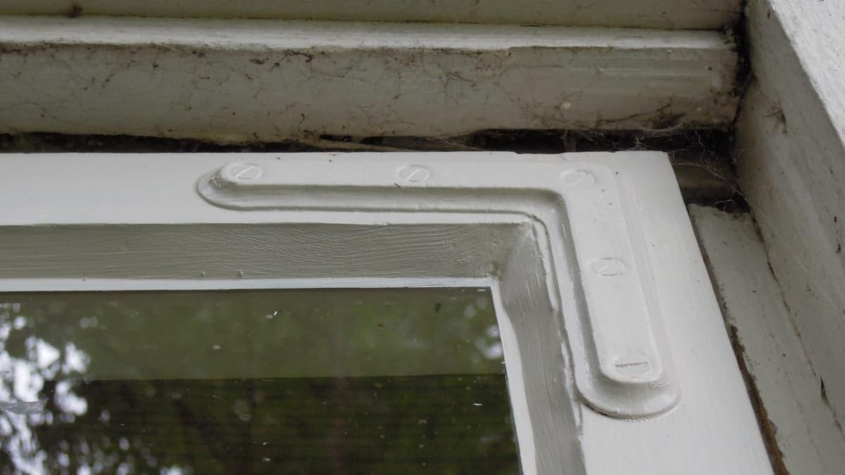 Kunnostettu vanha ikkuna on ilo silmälle.