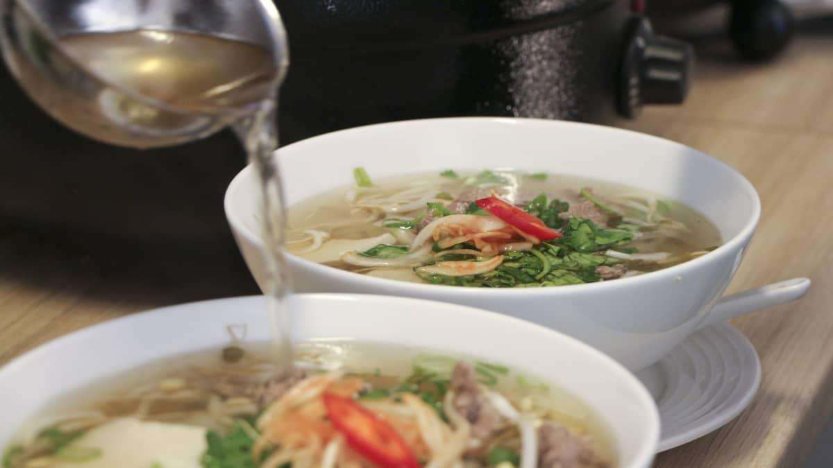 Lientä kaadetaan vietnamilaiseen Pho-keittoon.