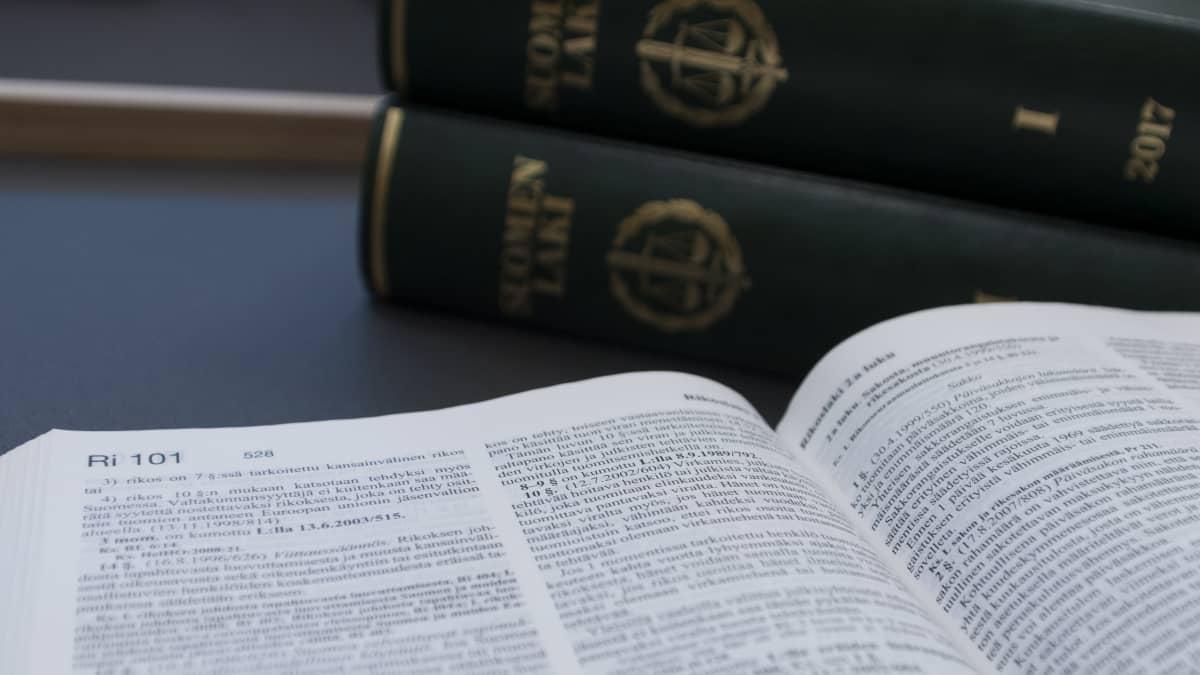 Päijät-Hämeen käräjäoikeuden kirjaston lakikirjat istuntosalissa.