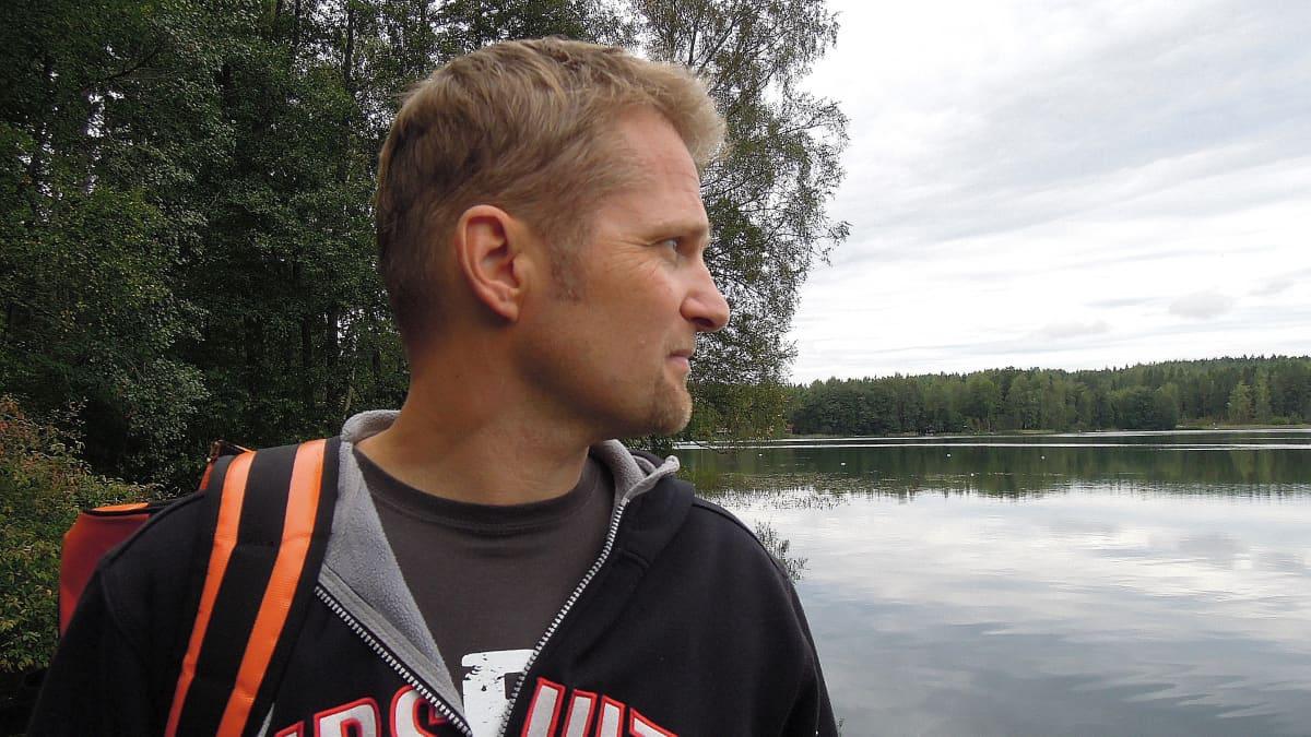 Avovesiuimari Tuomas Kaario tähyilee Lohjan Hormajärvelle.