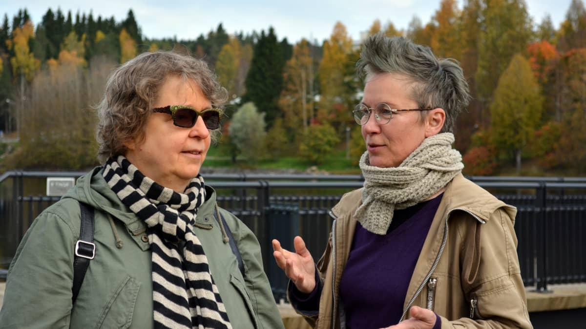 Kirjailija Seija Mustaneva ja valokuvaaja Ia Samoil Kajaanijoen varrella.