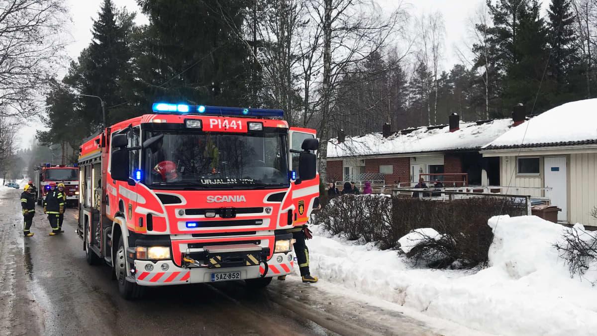 Paloauto palaneen rivitaloasunnon edustalla