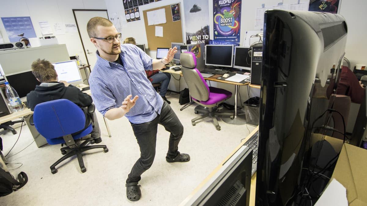 Kuopilaisen pelialayrityksen Caffeine Overdosen toimitusjohtaja JP Hakoluoto näyttää, kuinka nivelvaivoihin tai kuntoutukseen suunniteltua avaruuspeliä pelataan.