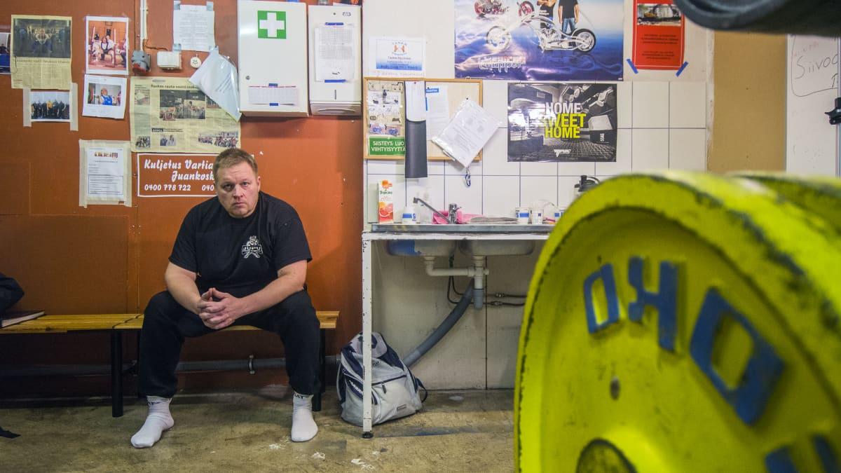 Juankosken Punnertajien puheenjohtaja Kari Hartikainen istuu kuntosalilla.