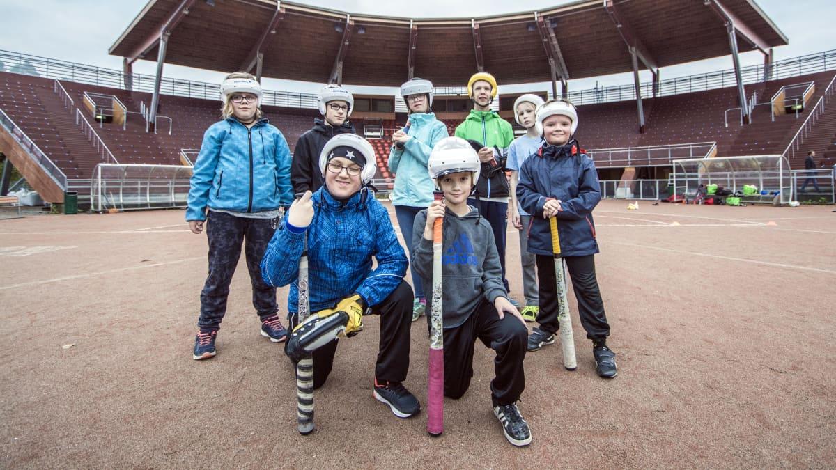 Sporttiskerholaisia Puijon Pesiksen stadionilla Kuopiossa