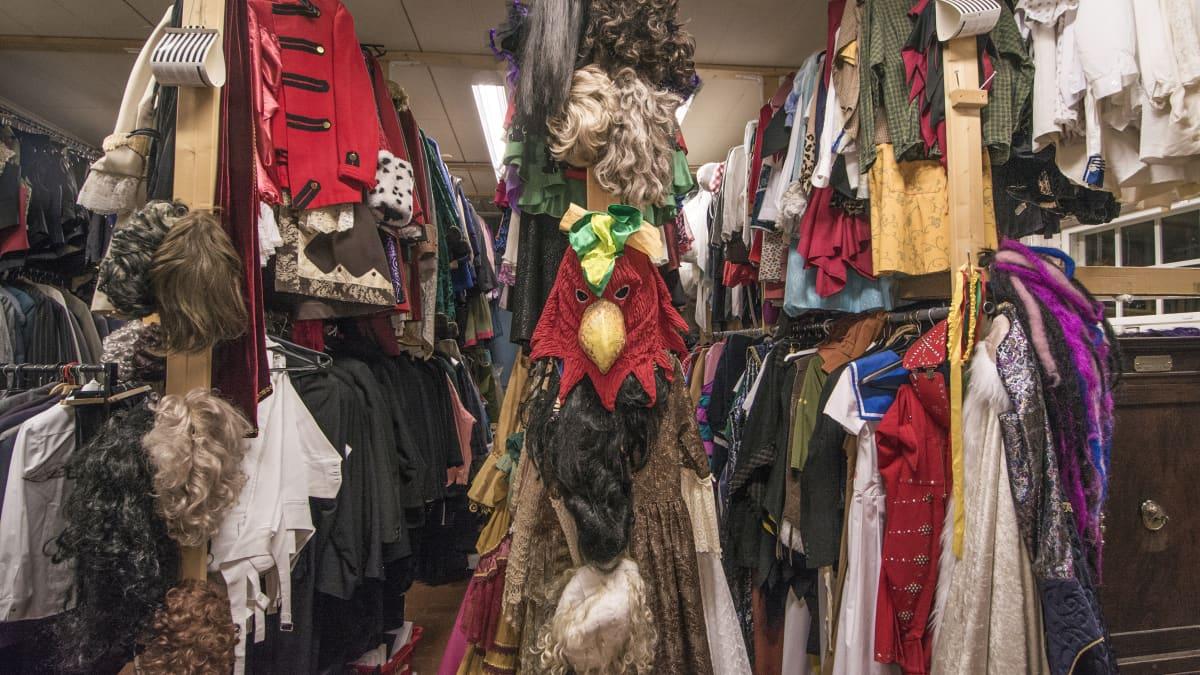 Vaatteita ja papukaijanaamio Varkauden teatterin puvustossa