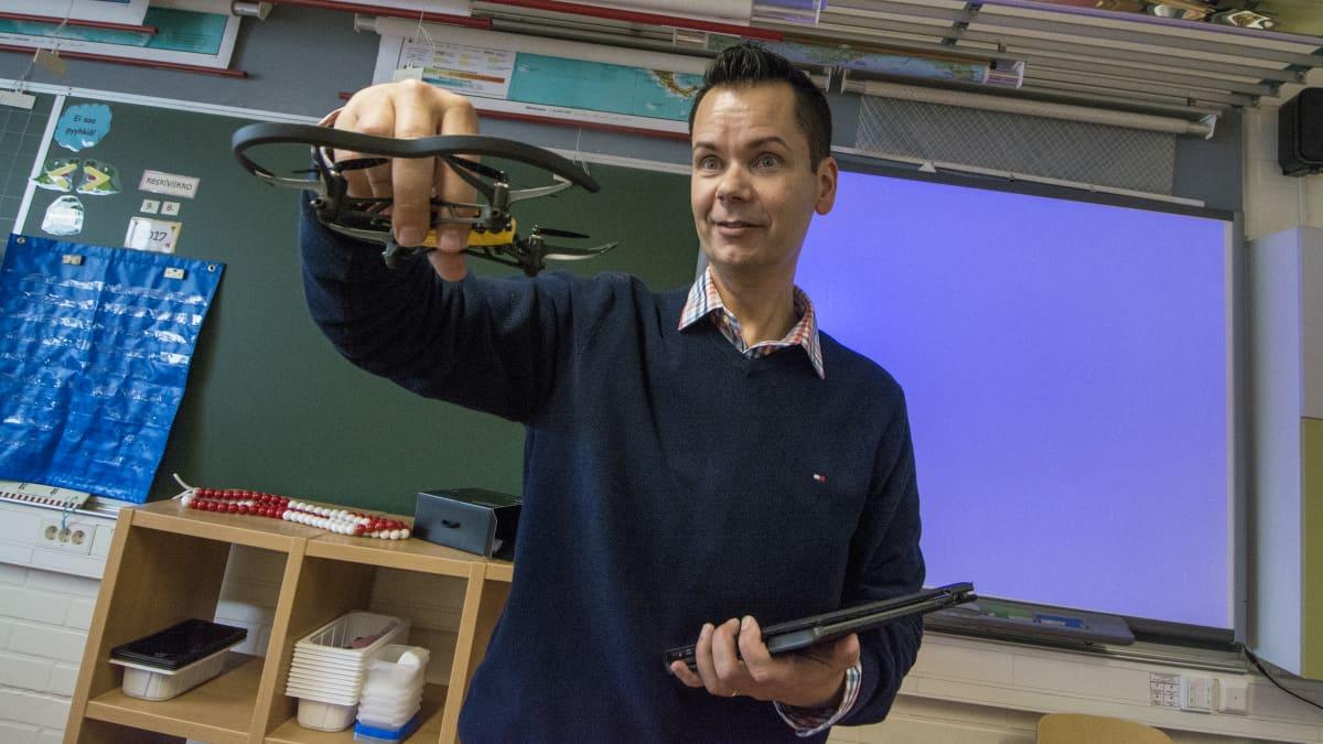 Opettaja esittelee dronea.