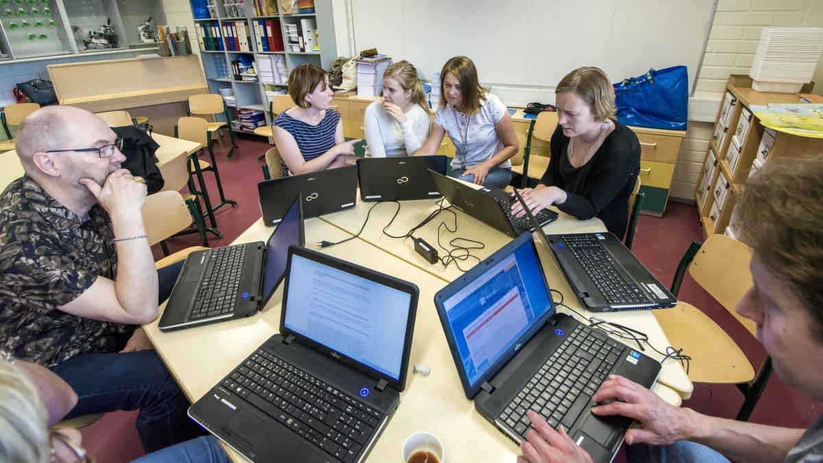 Opettajat opettelevat uusien järjestelmien käyttöä.