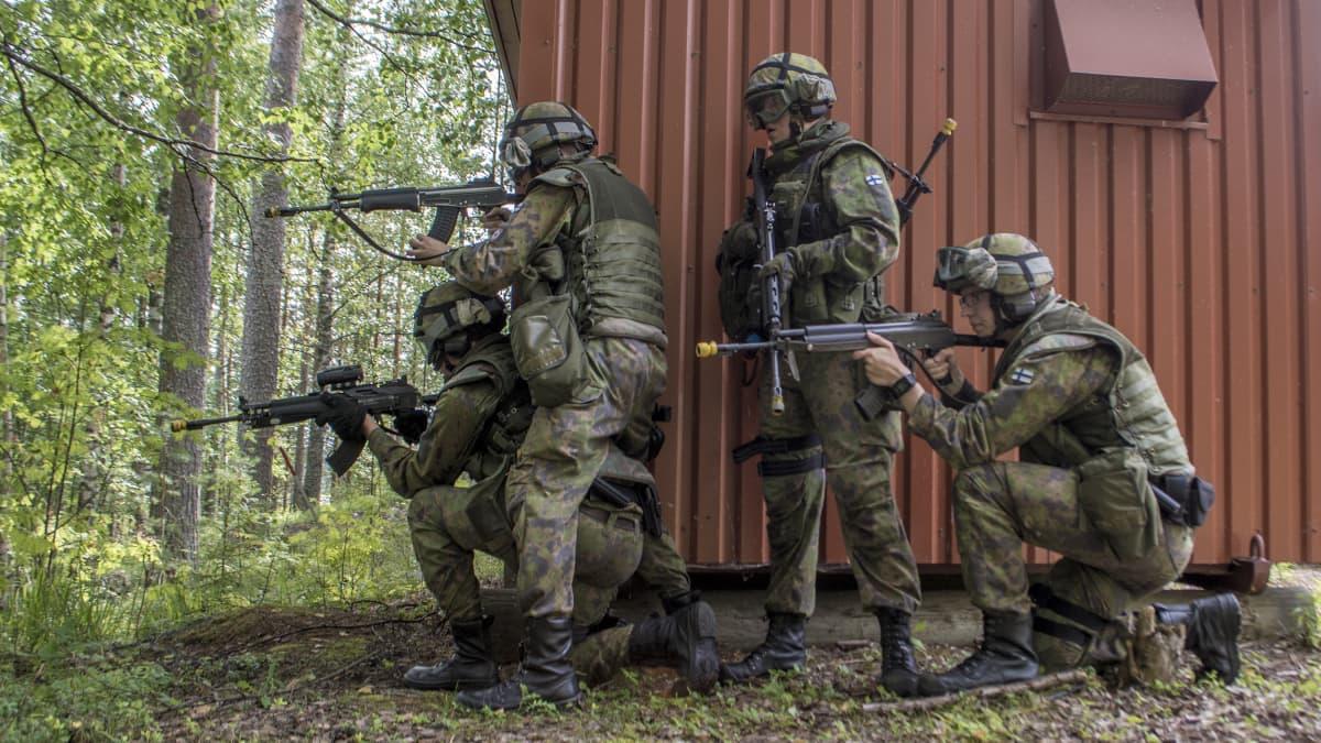 Sotilaspoliiseja taisteluharjoituksessa.
