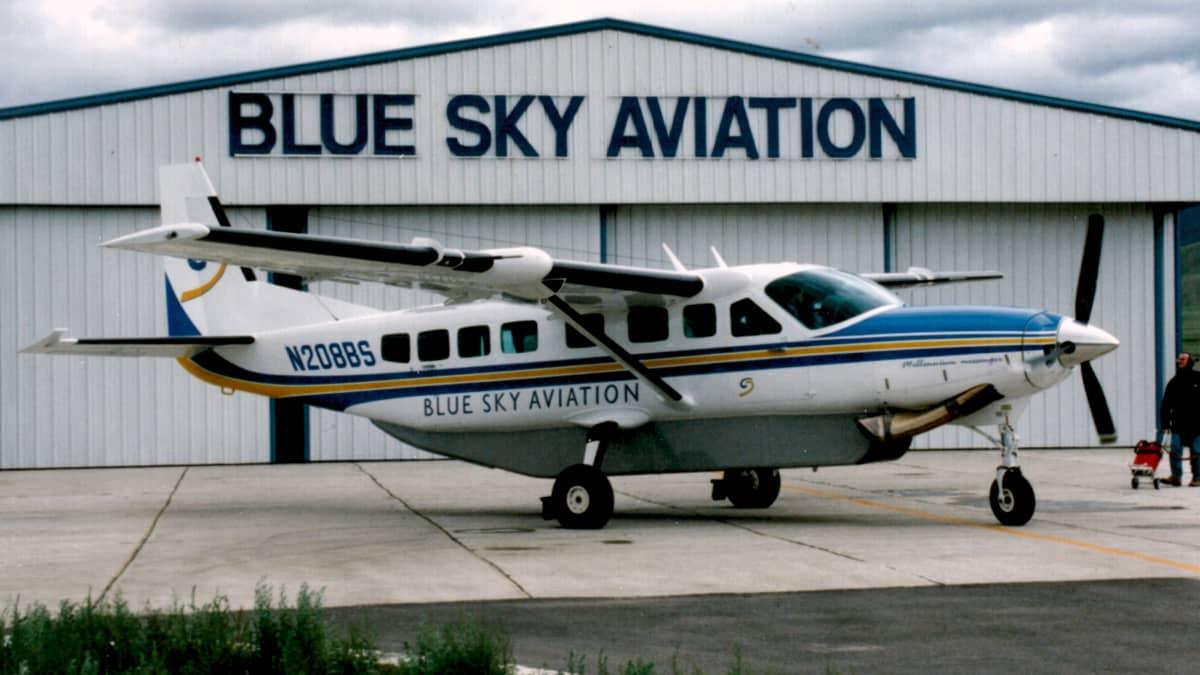 Cessna 208 Grand Caravan pienkone lentokentällä