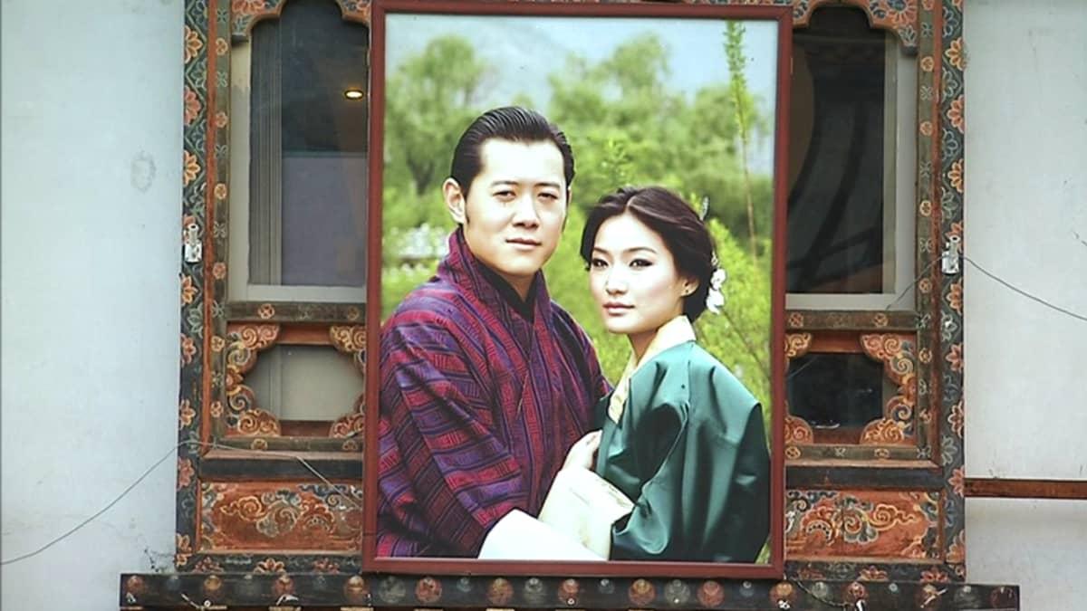 Kuva Bhutanien kuninkaasta ja mahdollisesti hänen vaimostaan.