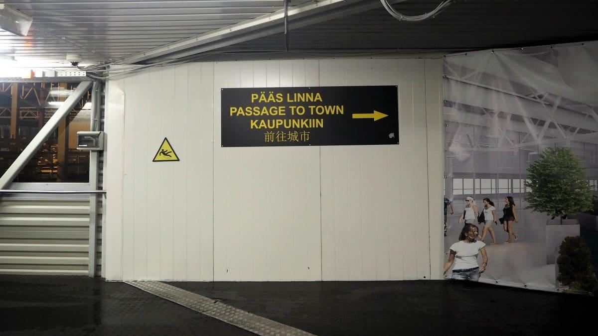Tallinnan satamassa on nykyään opasteet myös kiinan kielellä.