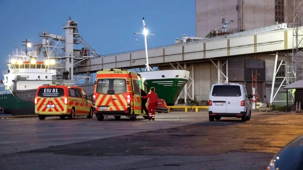 Ensihoitoyksiköitä Valkon satamassa Loviisassa aamuyöllä 21. kesäkuuta 2020.