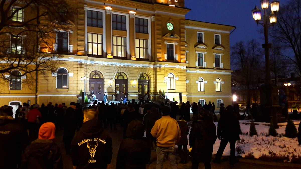 Mielenosoitus oulun kaupungintalon edustalla.