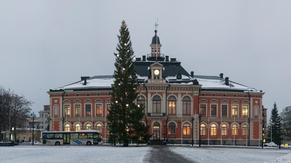 Kuopion torin joulukuusi aamuhämärissä.