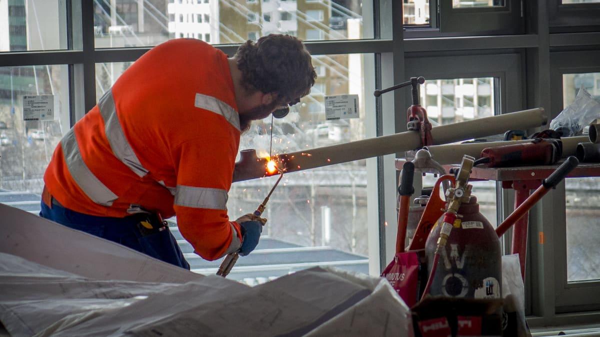 Mies hitsaa Ratinan kauppakeskuksen rakennustyömaalla