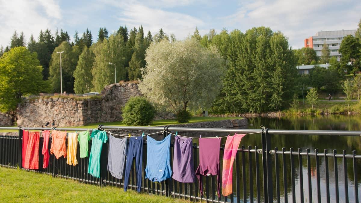 Värikkäitä vaatteita.