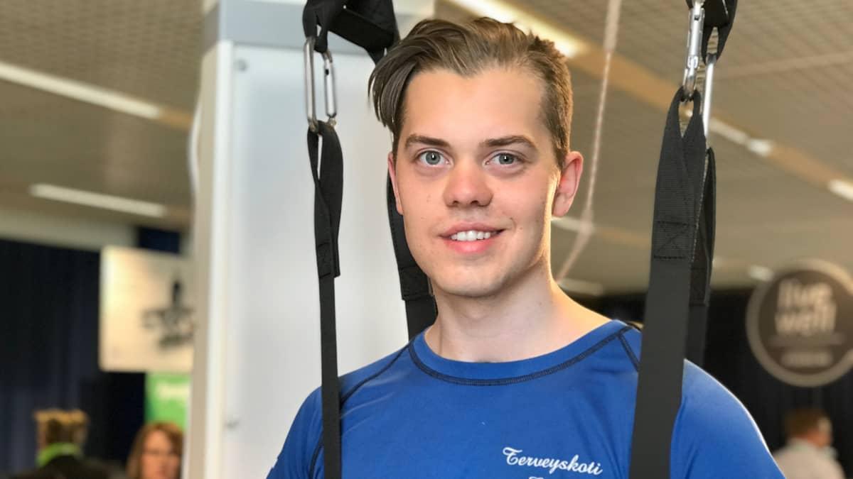Emil Leskinen ja kävelyrobotti
