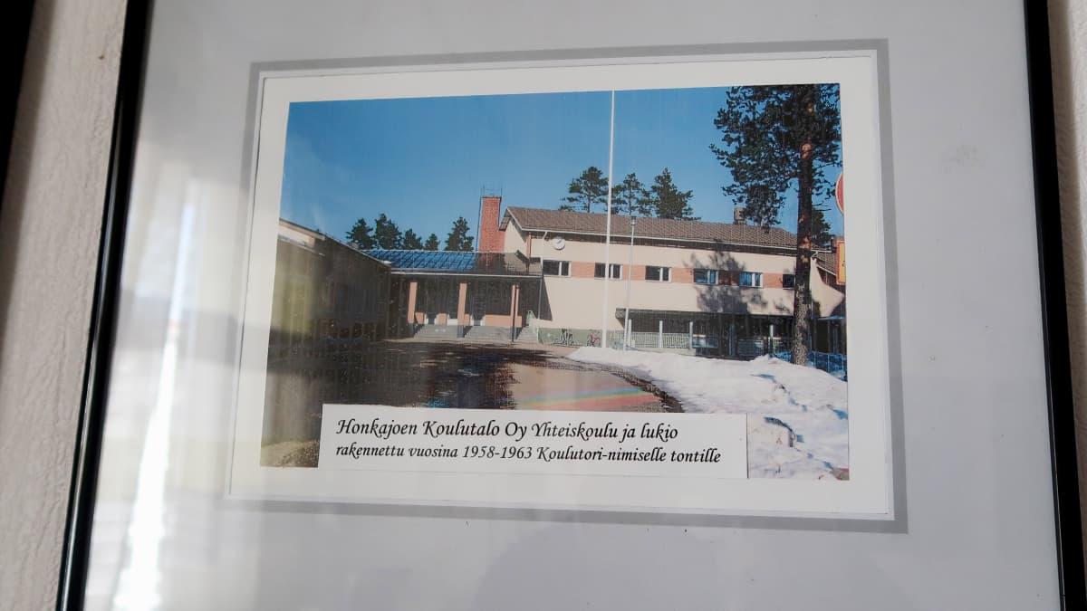 Honkajoen yhteiskoulu valokuvataulussa seinällä