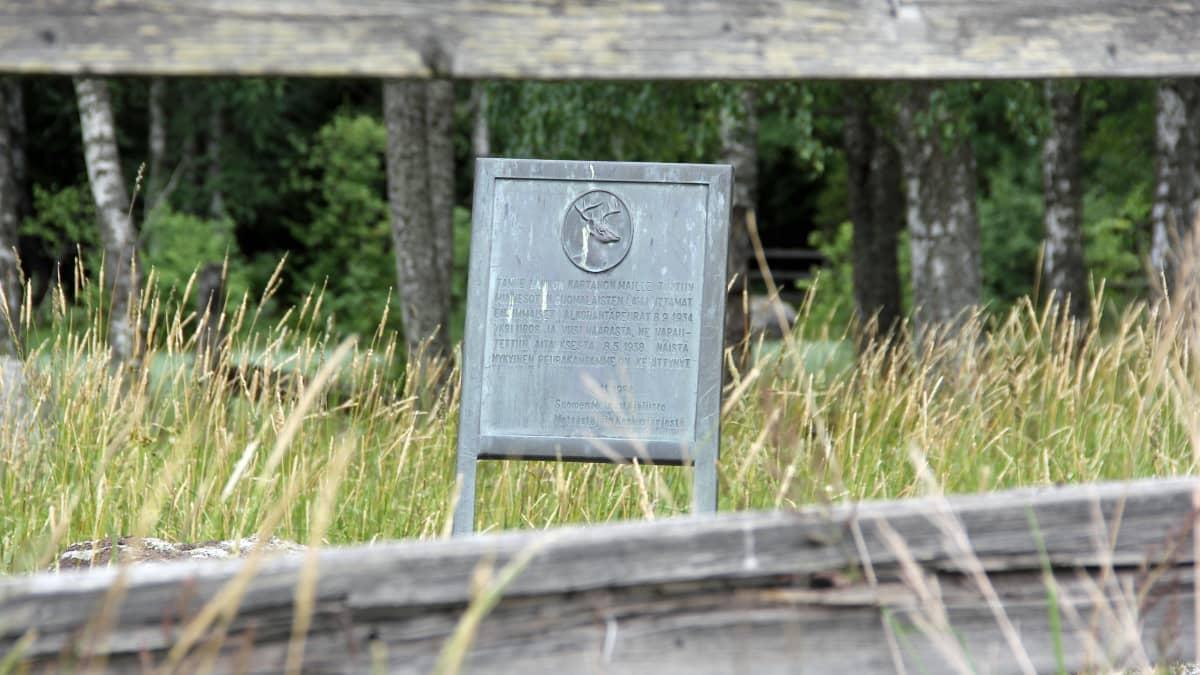 Laukon kartanon haassa Vesilahdella oleva valkohäntäpeuralle omistettu muistomerkki