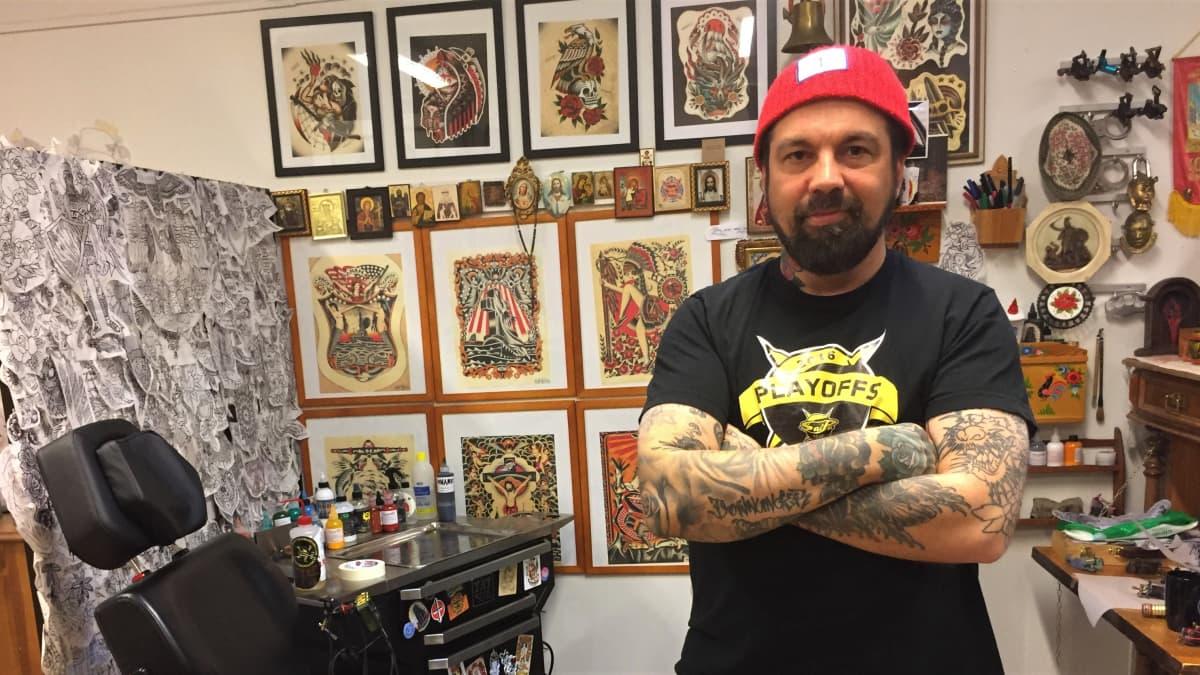 Lappeenrantalainen tatuointiartisti Markus Koskela.