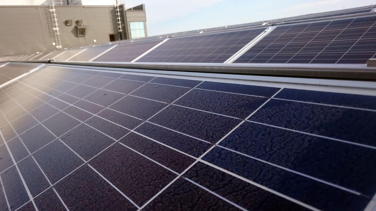 Aurinkopaneeli Kalevan painotalon katolla Oulussa