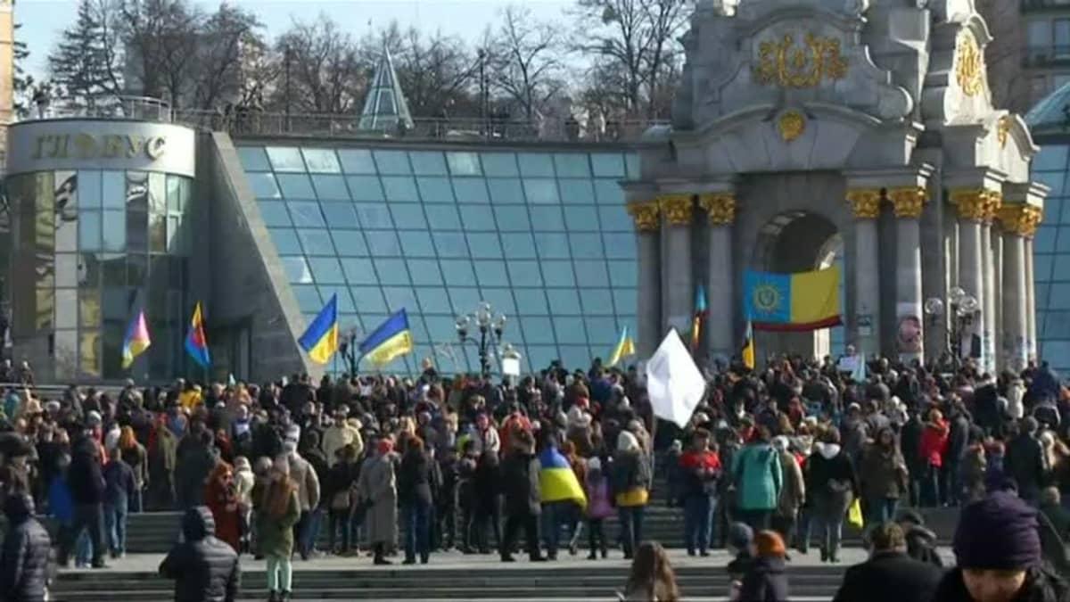 Uutisvideot: Sadat mielenosoittajat heittelivät lähetystöä kananmunilla