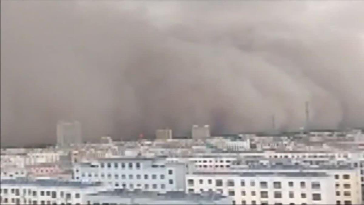 Uutisvideot: Hiekkamyrsky nielaisee kaupungin