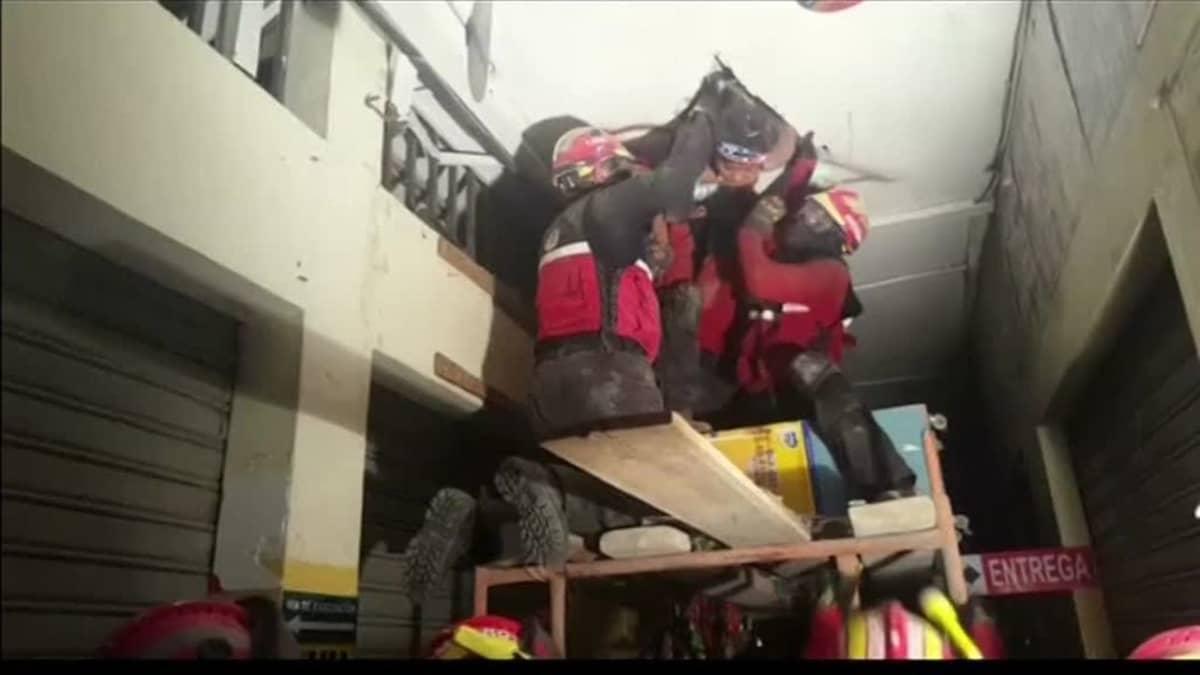 Uutisvideot: Ecuadorissa palomiehet pelastivat loukkuun jääneen miehen