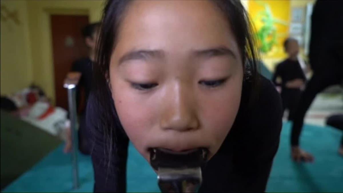 Uutisvideot: Mongolialaiset käärmetytöt uhmaavat painovoimaa taivutuksillaan