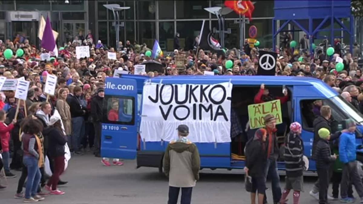 """Uutisvideot: Helsingissä julistetaan """"Peli poikki"""""""
