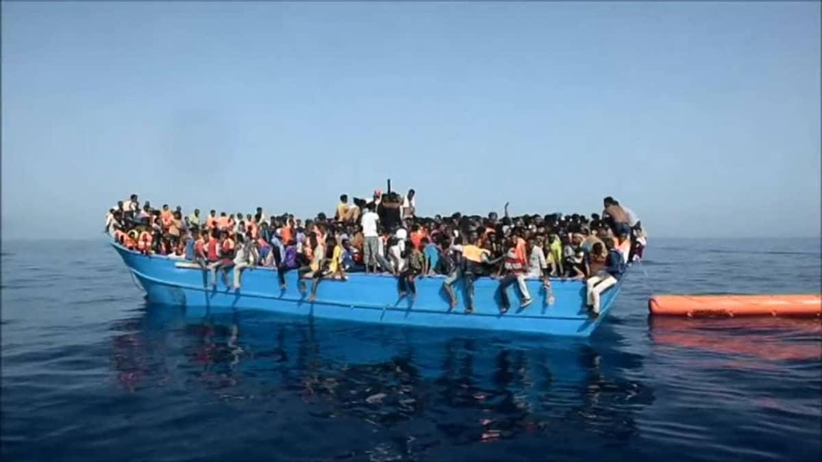 Uutisvideot: Siirtolaisia pelastettiin ylitäydestä aluksesta